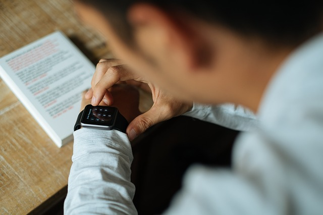 muž s smart hodinkami
