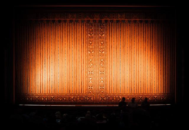 zatažená divadelní opona